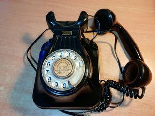 Teléfono de pared antiguo. Fabricado en España
