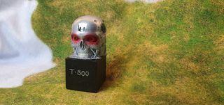 Cabeza de T800 pintada en base.