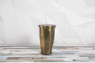 vaso de diseño exclusivo de metal. nuevo