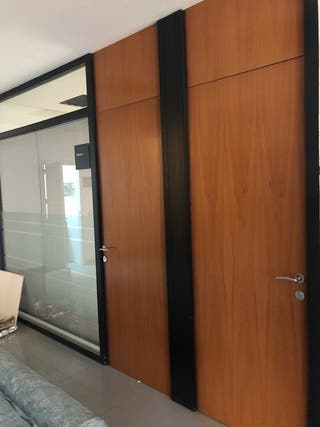 2 puertas de madera + mampara divisoria