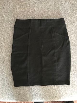 Falda negra ajustada Pull and Bear