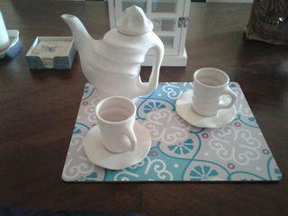 Tetera/cafetera con tazas y platos de diseño.