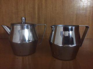 Juego de cafetera y jarra de acero