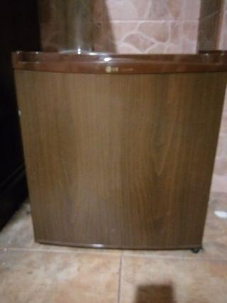 mini frigorifico marrón