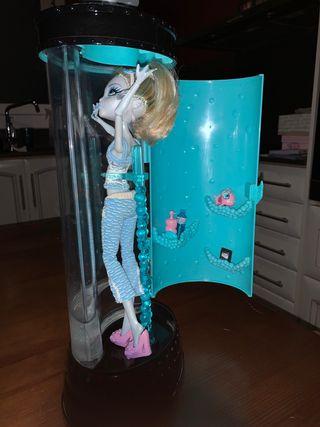 Monster High + cápsula + dos muñecas