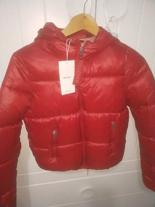 chaquetón rojo tipo bomber con capucha