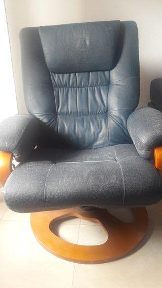sofa reclinable, con taburete reposapies a juego.
