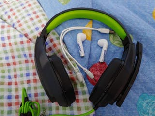 Cascos gaming y airpods ColaCao
