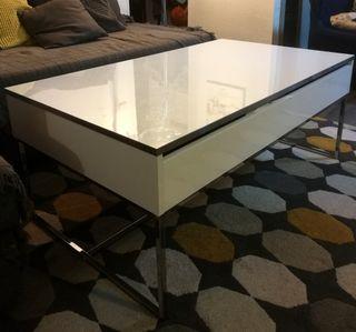 Mesa elevable blanca y croma