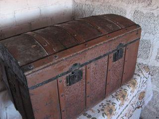 Baúl Vintage de madera forrada con chapa decorada.
