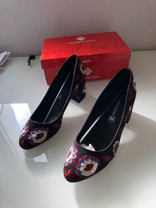 Zapatos bordados NUEVOS