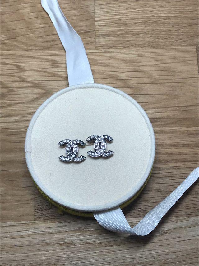Pendientes logo Chanel plata