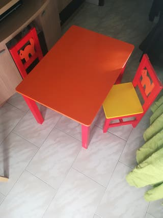 mesa y 2 silla infantil de madera