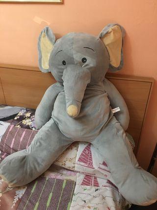 Elefante de peluche gigante