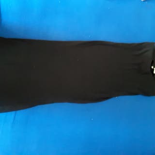 falda ajustada negra .
