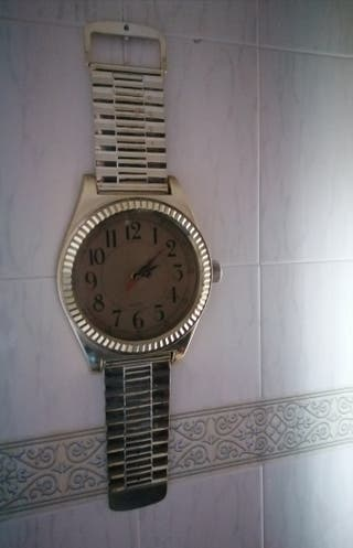 Antiguo reloj de pared con forma de uno de pulsera