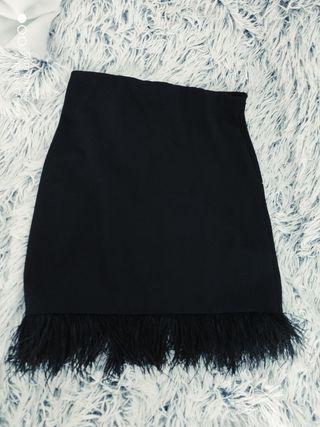 falda corta con plumas