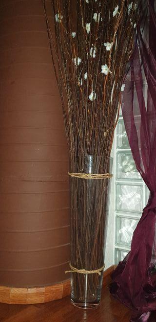 florero de cristal con ramas de mimbre