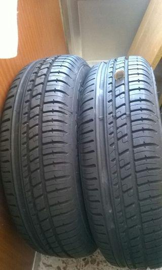 Neumáticos nuevos con llantas