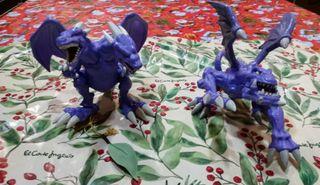 Dragones de juguete morados.