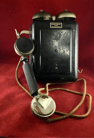 Antiguo teléfono metálico español