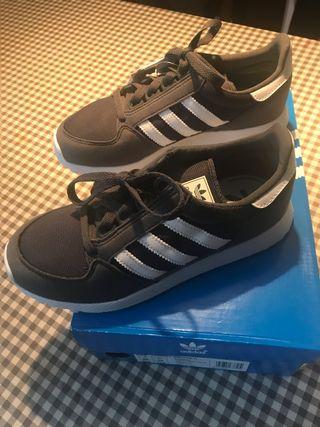 Nuevas.Zapatillas deportivas Adidas forest grove