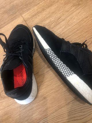 Zapatilla Adidas negras semi nuevas