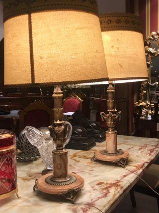 Lámparas antiguas de mármol y bronce.