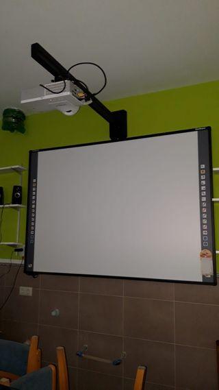 Proyector, pantalla e impresora inalambrica.