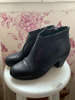 Zapatos con tacón bajo.