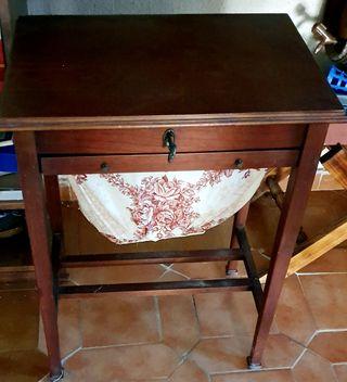 Costurero mesita de madera y tela bordada.