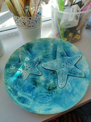 Plato de cerámica con estrellas de mar