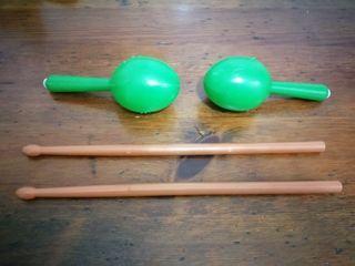 Maracas y baquetas de tambor
