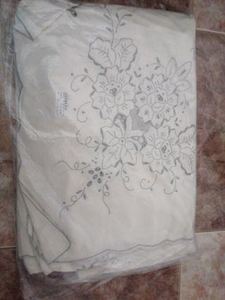 mantel bordado con servilletas nuevo