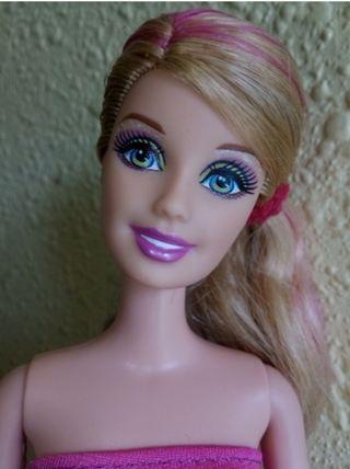 Cinco muñecas Barbie