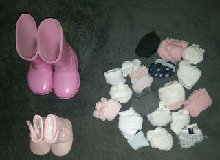 Calcetines y botas de agua, bebé niña.