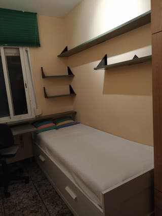 Dormitorio: cama sencilla, armario, mesa