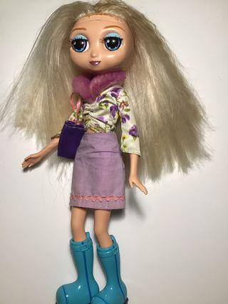 Muñeca con ropa intercambiable