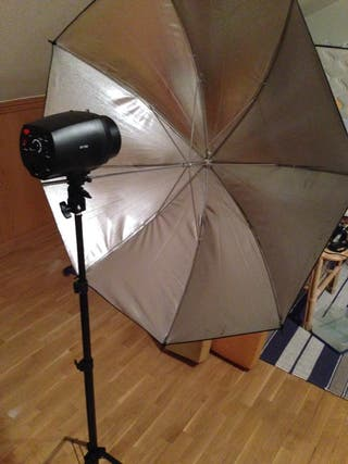 Equipo fotografía estudio. Flash, ventana, paragua