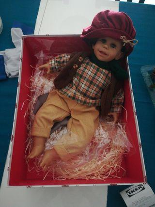 muñeco antiguo con caja