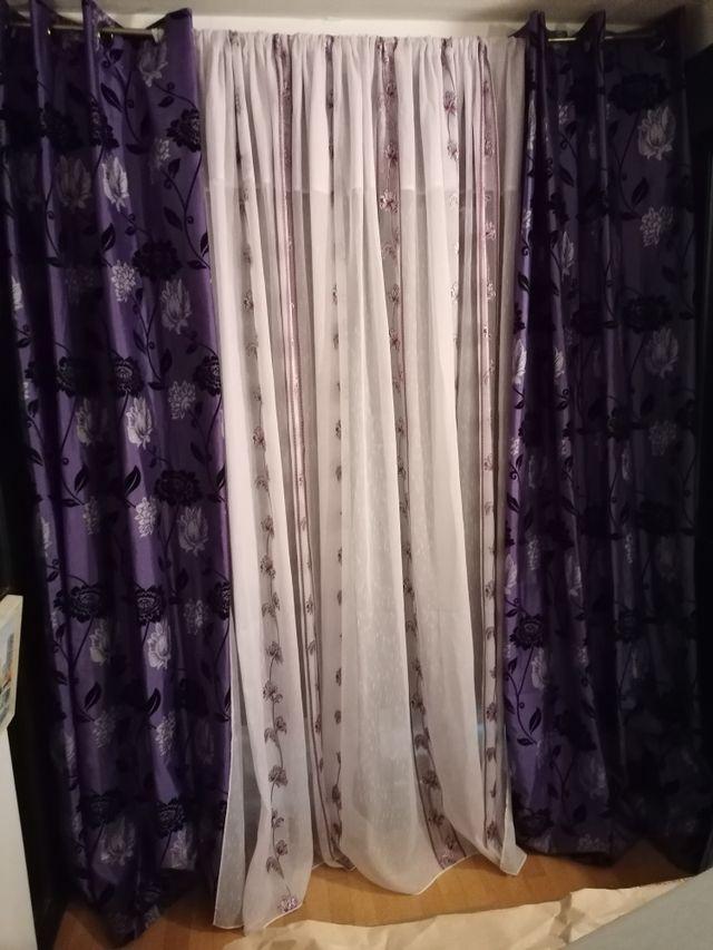 Cortinas moradas con visillo blanco