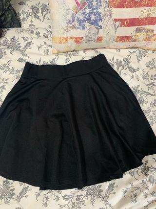 Falda negra plisada de Amazon