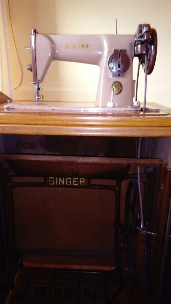 Máquina de coser singer con mueble de segunda mano por 50