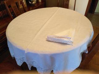 Mantel de hilo blanco con terminación ganchillo