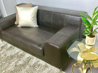 Sofá IKEA. Simil piel marrón oscuro.