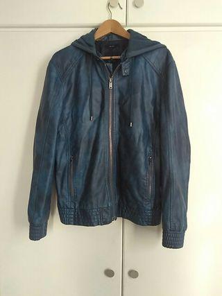 Cazadora de cuero azul con capucha retraïble