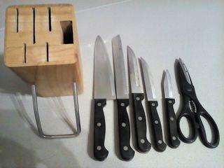 Taco de madera con cuchillos i tijeras