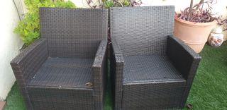4 sillones y dos mesas de jardin en buen estado