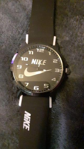 Montre Nike noire et blanche