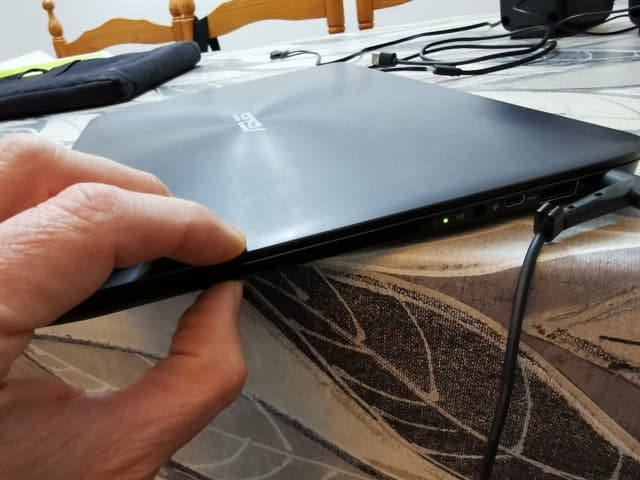 Portátil Asus Zenbook ux305